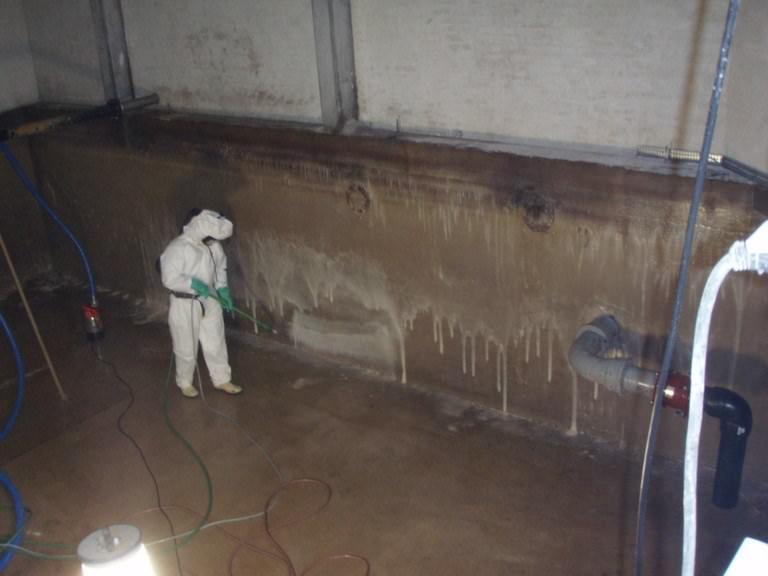 Rense rentvandsbeholder på vandværker med lavtryk og renseprodukter, der både renser og desinficerer på samme tid